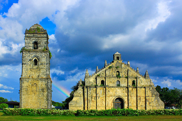 800px-RAINBOW_BEHIND_...Paoay_church