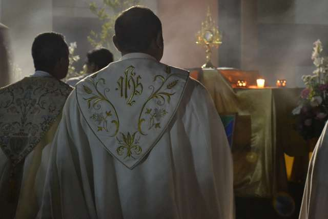 priest-filcatholic-church