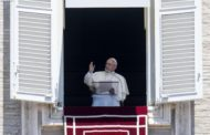 Pope Angelus: Jesus food of eternal life