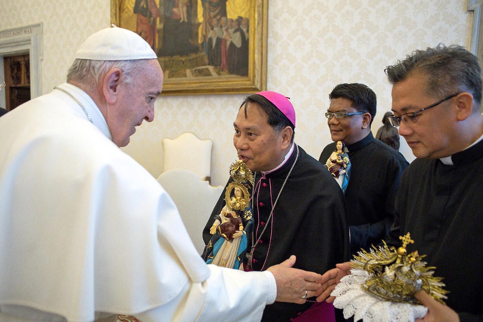 "Pope given ""La Virgen Milagrosa de Badoc"" statue in Vatican"