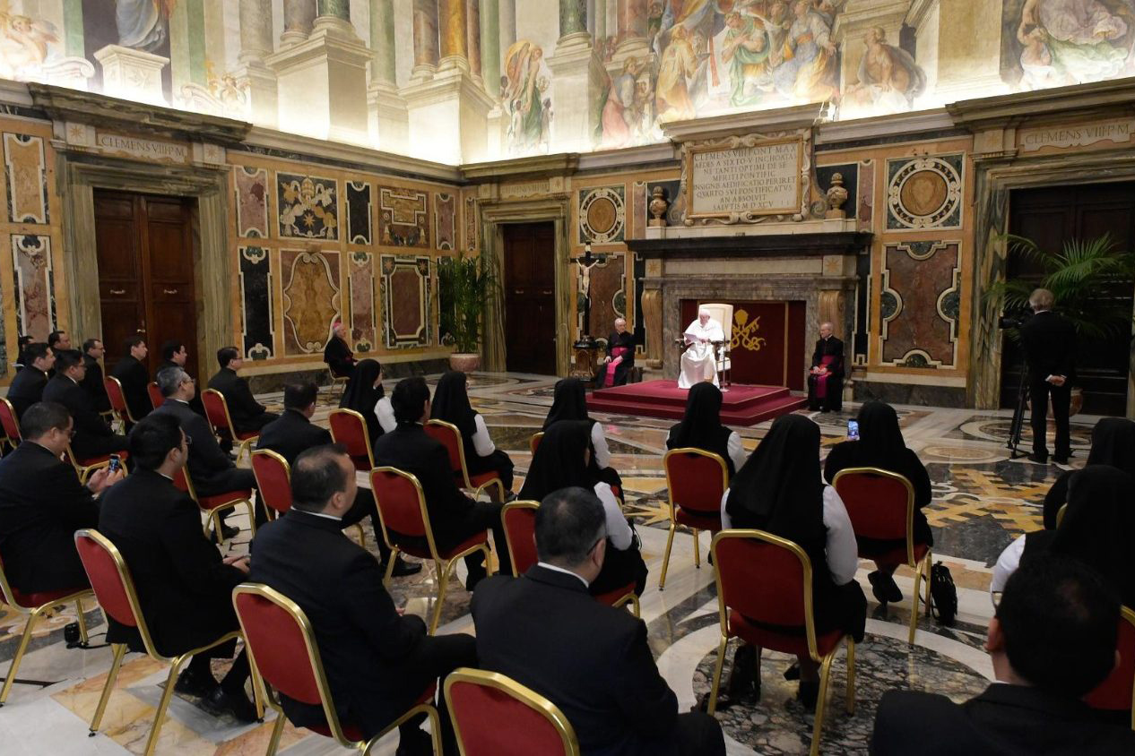 Pope Francis warns priests and seminarians against worldly temptations